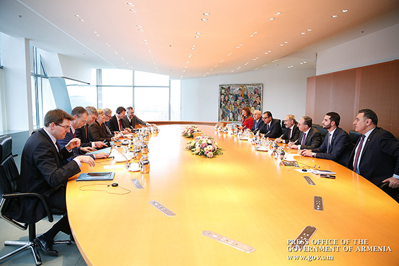 Prime Minister Nikol Pashinyan and German Chancellor Angele Merkel during a meeting with delegations representing both countries