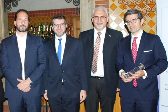 Eduardo Eurnekian received the 2019. His representative, Grant Akopian (far right), accepted the award on his behalf
