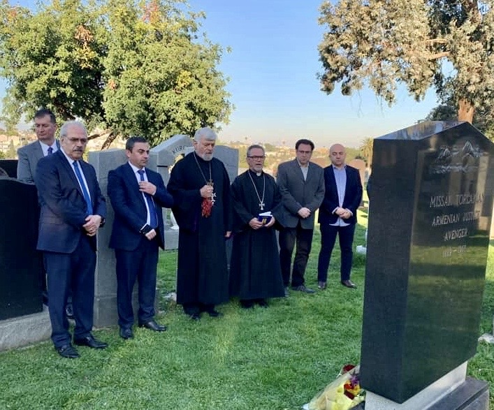 ARF Supreme Council of Armenia member Ishkhan Saghatelyan with members of the ARF Western U.S. Central Committee and the ARF Montebello Dro chapter leaders visit the gravesite of Armenian National hero Misak Torlakian