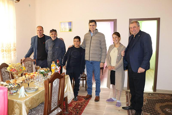VivaCell-MTS General Manager Ralph Yirikian (center right) and FCHA President Ashot Yeghiazaryan (far right) with the Hasoyan family