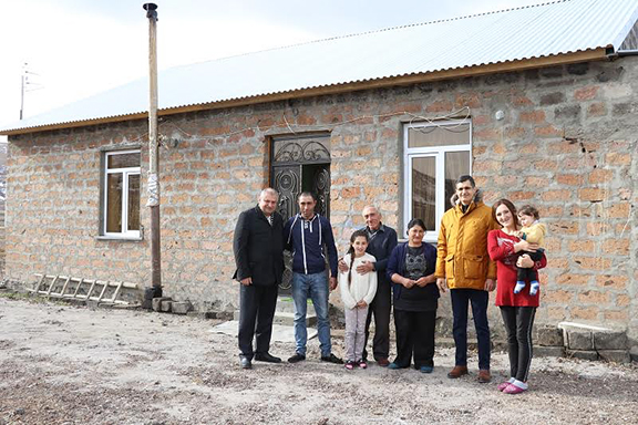 FCHA President Ashot Yeghiazaryan (far left) and VivaCell-MTS General Manager Ralph Yirikian (third from right) with the Ter-Sahakyan family