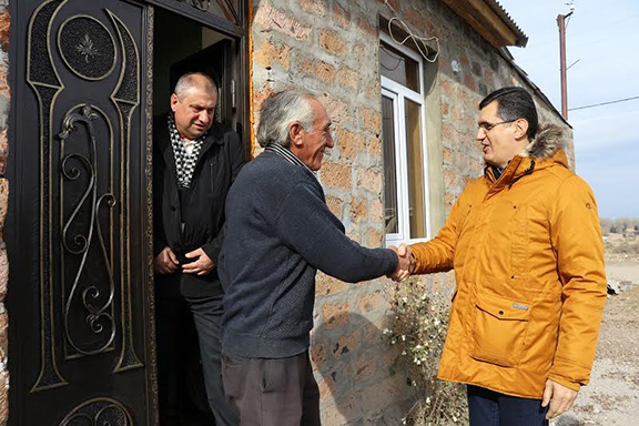 VivaCell-MTS General Manager Ralph Yirikian (right) shakes hands with Mher Ter-Sahakyan